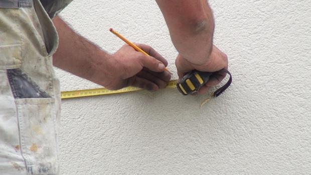 Linke Außenecke der Fassadenmalerei einmessen