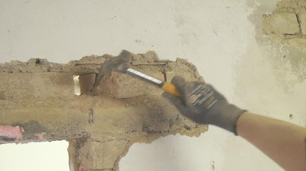 Ziegel mit dem Maurerhammer ausstemmen
