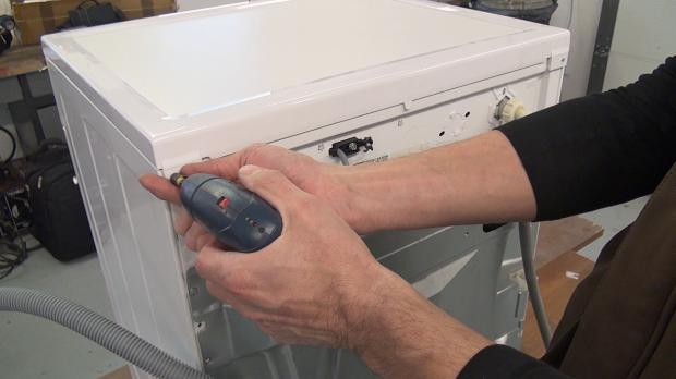 Schrauben des Gerätedeckels entfernen