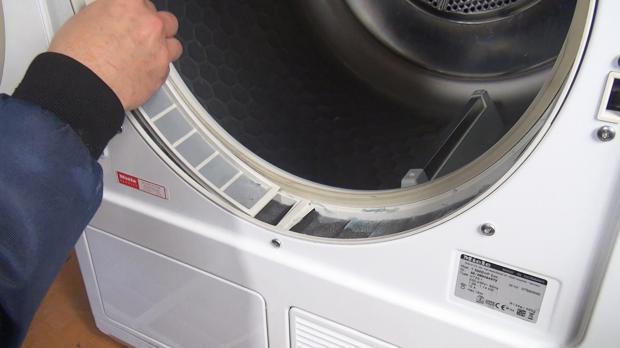 Flusensiebe aus dem Türrahmen entfernen