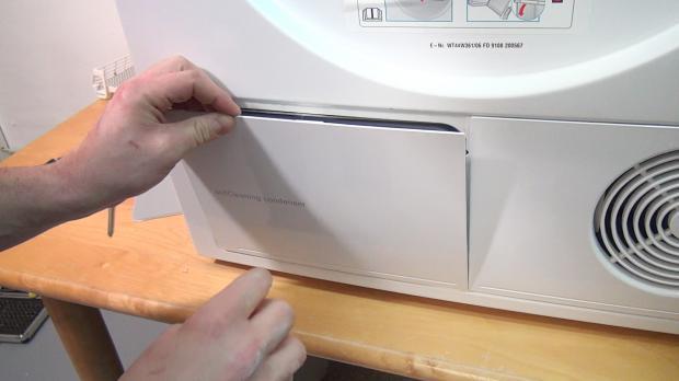 Wartungsklappe des Wärmepumpentrockners öffnen