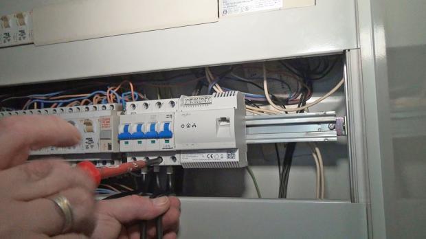 Anschließen der Phasendrähte am Sicherungsautomaten