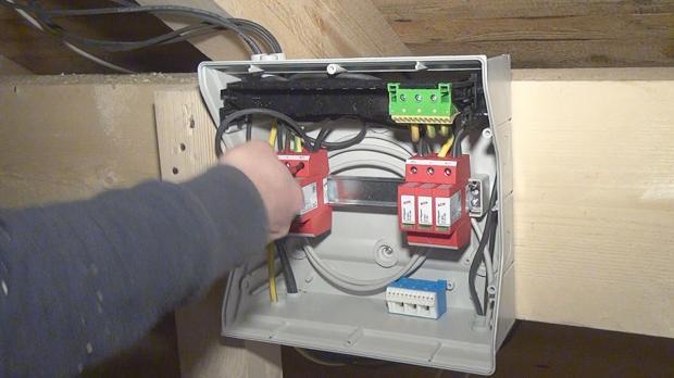 Anklemmen der Stromgeneratordrähte