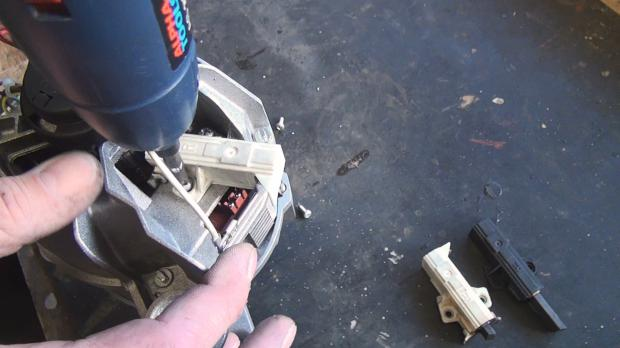 Schrauben der Kohlebürsten entfernen
