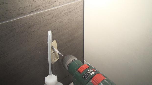 Beim zweiten Loch mit Betonbohrer und Wasserkühlung vorbohren
