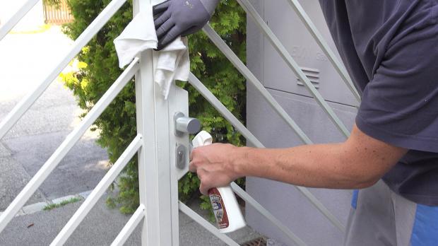 Zaun mit Metallreiniger behandeln
