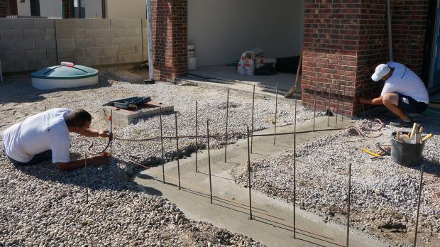 vorbereitung f r die gartenmauer streifenfundament abdichten und einmessen anleitung. Black Bedroom Furniture Sets. Home Design Ideas