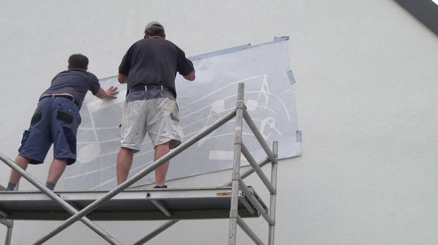 Fassadenfolie vorläufig an der Wand anbringen