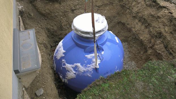 Regenwassertank wartet auf Installation