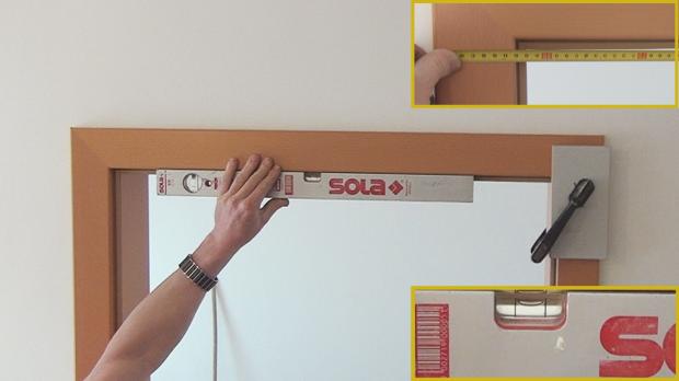Waagerechte Ausrichtung des Türrahmens und die obere Lichte kontrollieren