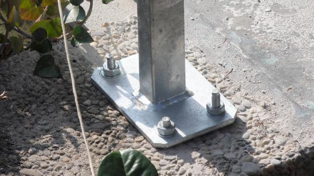 Fußplatte mit Schwerlastankern fixiert