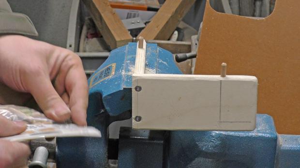 Am Vordach Dübellöcher erstellen und Holzdübel einsetzen