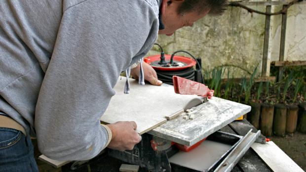 Einsatz des elektrischen Fliesenschneiders
