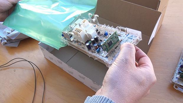 Neue Waschmaschinen-Elektronik auspacken