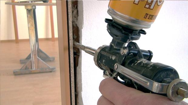 Einkomponentenkleber zwischen Zarge und Mauerwerk einbringen