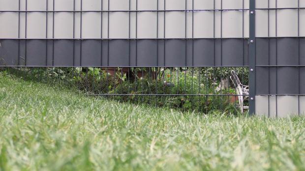Sichtschutzstreifen für schrägen Bodenverlauf
