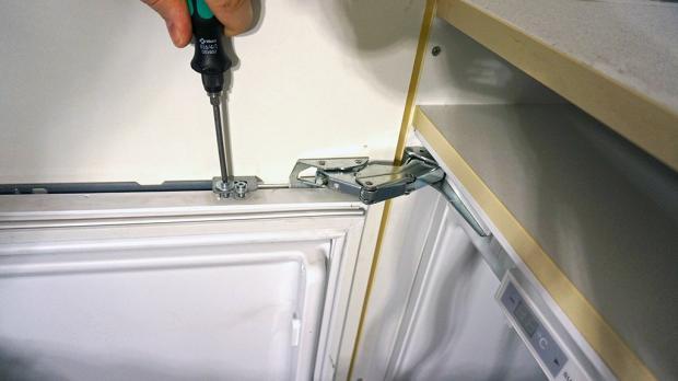 Verschrauben Der Kühlschranktür Blende