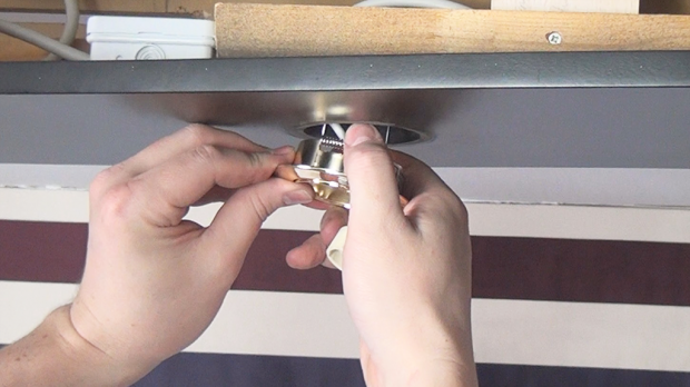 Neues LED-Gehäuse in Deckenleiste installieren
