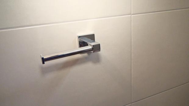 Fertig montierte Toilettenpapierhalterung