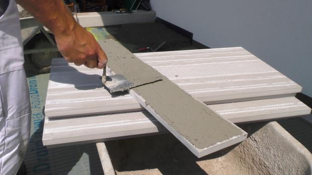 Plattenunterseite mit Klebemörtel einstreichen
