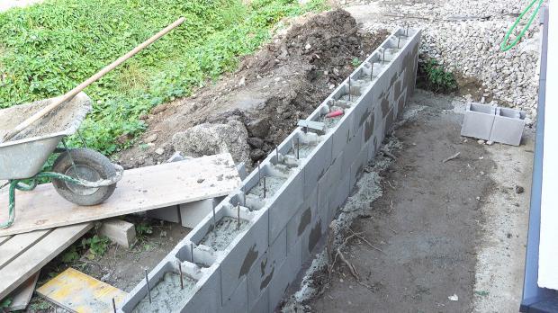 Fertig betonierte Stützmauer
