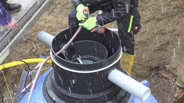 Regenwassertank mit Gartenschlauch anfüllen