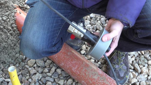 Stromleitung durch Wasseranschlussstück führen