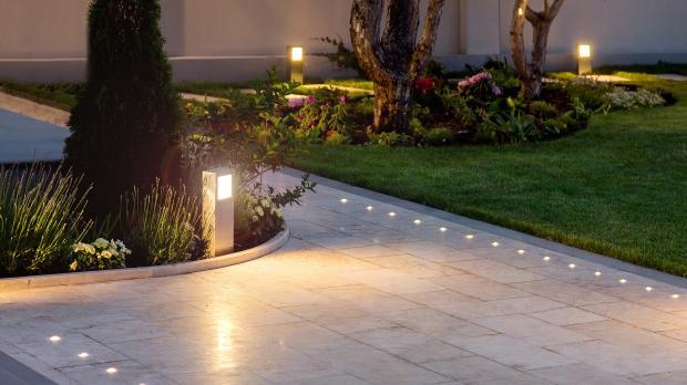 Helle Beleuchtung des Grundstücks