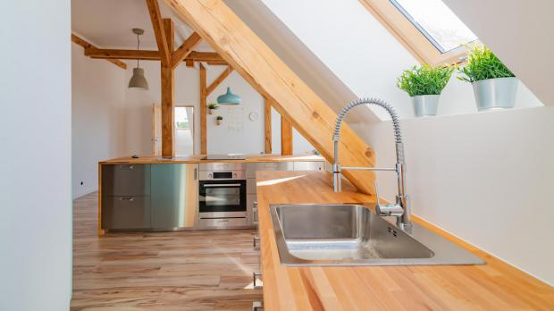 Küche und Bad im Dachgeschoss