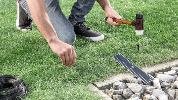 Begrenzungskabel für Rasenroboter verlegen