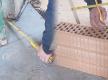 Bei schiefen Wänden Ziegel zuerst einmessen