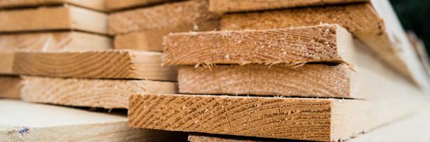Holzbretter frisch aus dem Sägewerk
