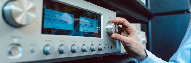 Stereoanlage im Partyraum auf Anschlag drehen