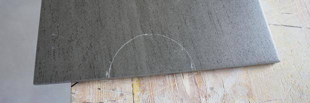 Angezeichneter runder Ausschnitt am Rande der Fliese