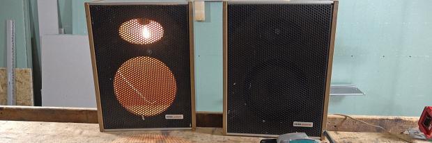 Alte Lautsprecherboxen zu Lampen umgewandelt