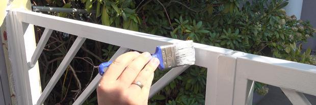 Metallstreben am Zaun streichen