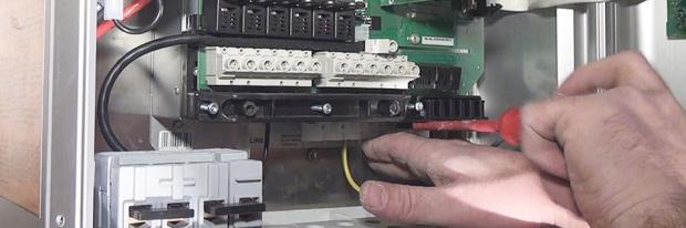Montage einer Photovoltaikanlage - Anschluss der Solarstromkabel im Wechselrichter