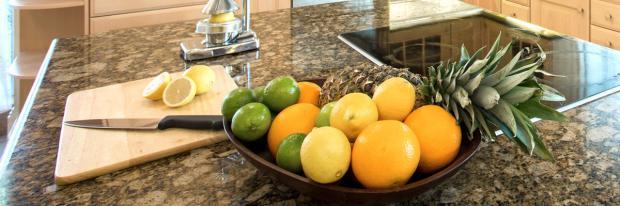 Obst schneiden auf Marmor-Arbeitsplatte