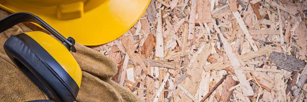 Ausrüstung liegt auf einer OSB-Platte bereit | © mihalec - stock.adobe.com