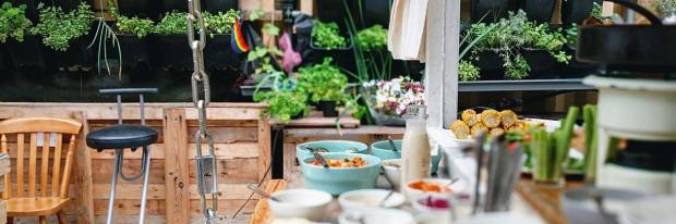 Reich gedeckte Tafel neben der Outdoorküche