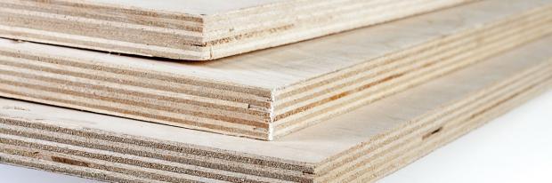 Sperrholzplatten im Stapel