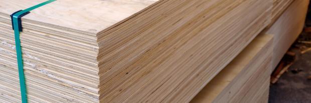 Sperrholzplatten vor der Verarbeitung