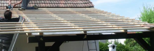 Dachlatten werden auf das benötigte Maß geschnitten