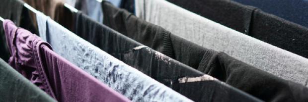 Wäsche zum Trocknen auf einem Wäscheständer