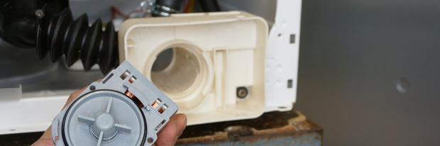 Laugenpumpe einer Waschmaschine vor dem Pumpengehäuse