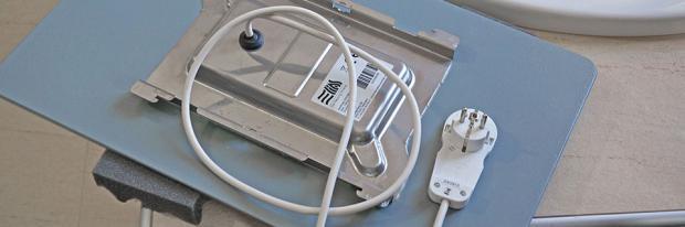 Rückseite einer Infrarotheizung mit Netzstecker