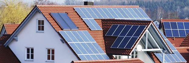 Die Ausrichtung und der Wirkungsgrad von Photovoltaik-Anlagen - Haus mit PV-Modulen an mehreren Dachflächen - Header