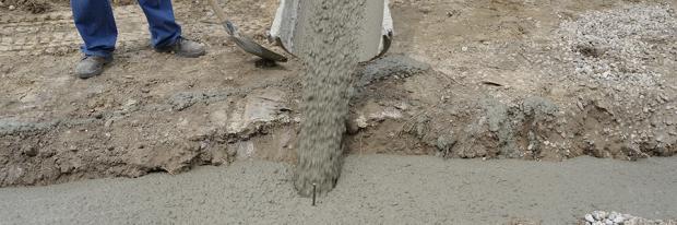 Fundament für die Gartenmauer - Beton gießen