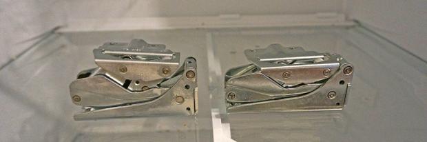 Kaputtes und Neues Kühlschrank-Scharnier auf dem Kühlfach