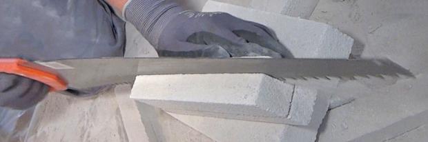 Porenbetonstein wird in Steifen gesägt